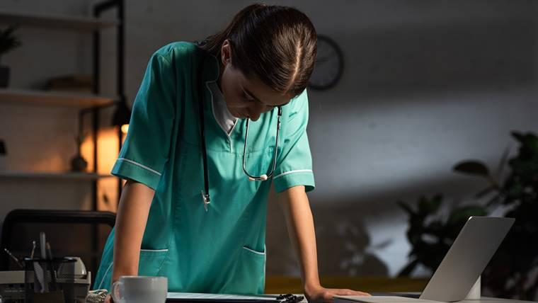 現役看護師が教える!夜勤がきつい理由と対策【経験談】